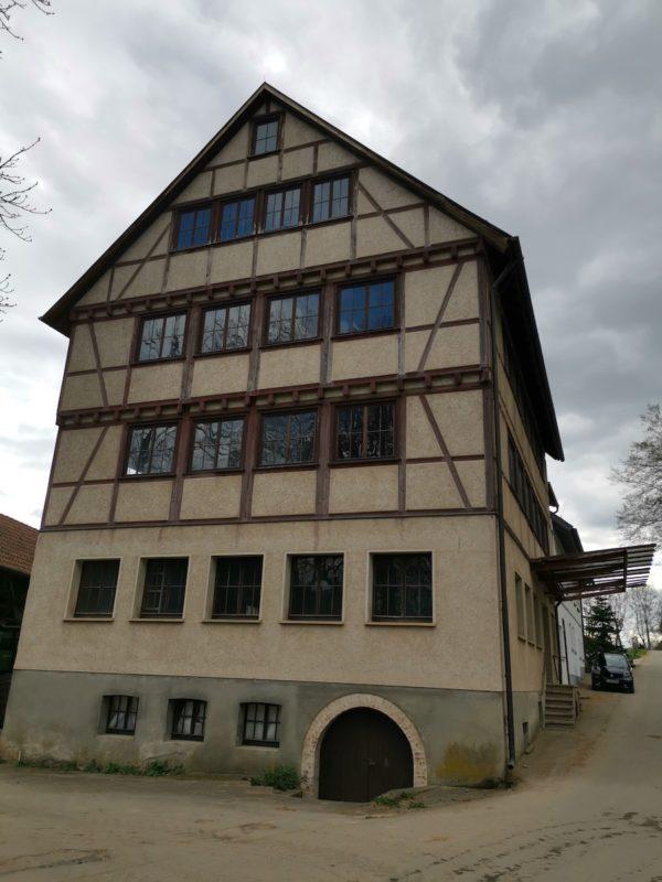 Was für ein riesiges Gebäude in Stockhausen im Körschtal