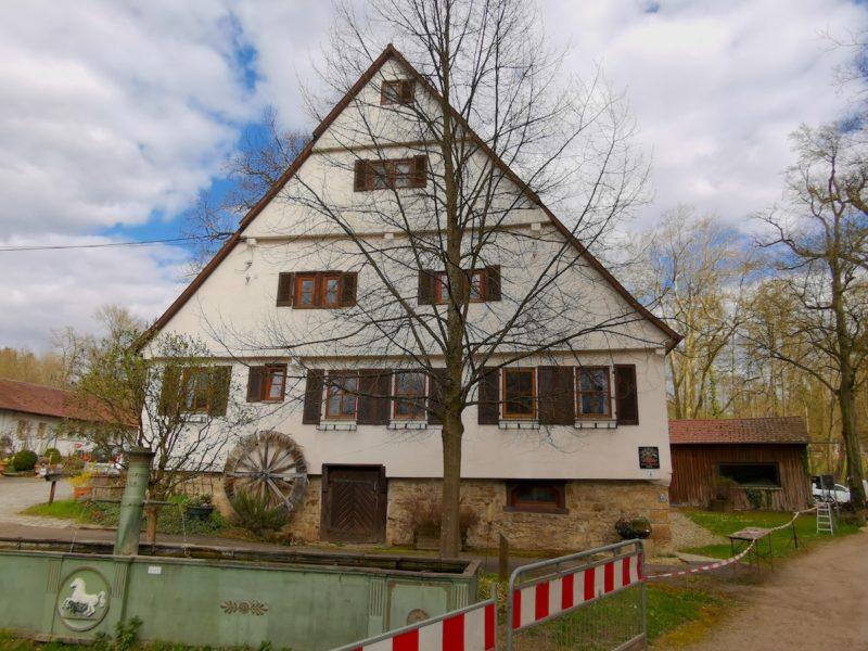 Die Hofer Mühle mit der Pferdetränke davor