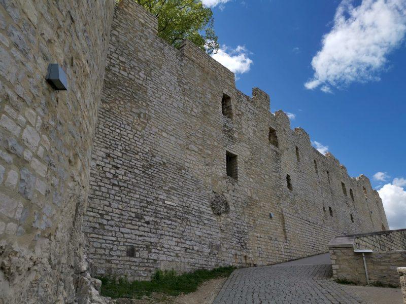 An der Burgmauer entlang geht es hoch