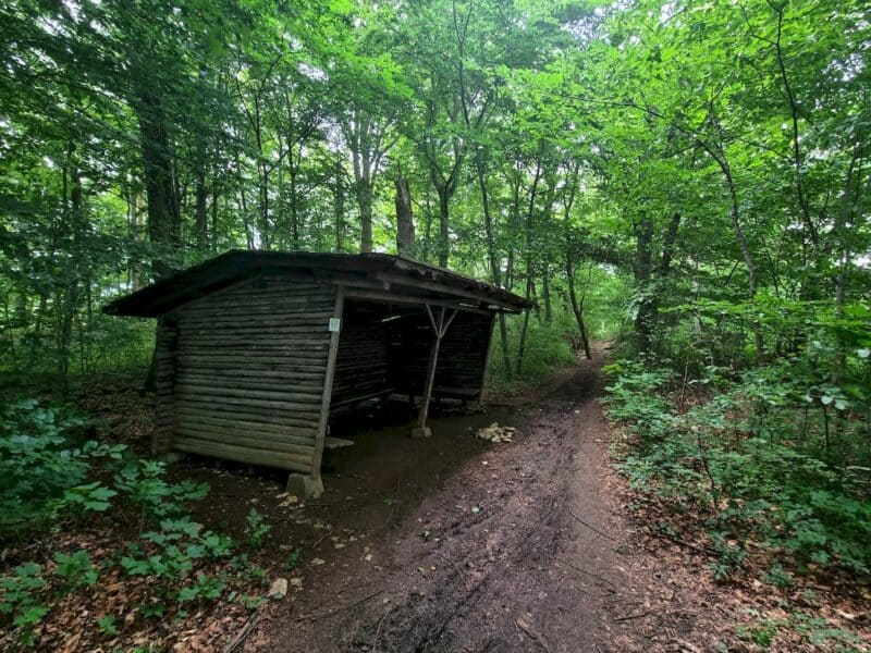 Eine weitere Schutzhütte mit einer Information zur Bertaburg