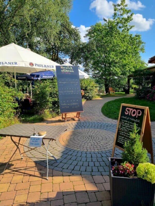 Der Eingang zum Biergarten und Restaurant Strohbecks
