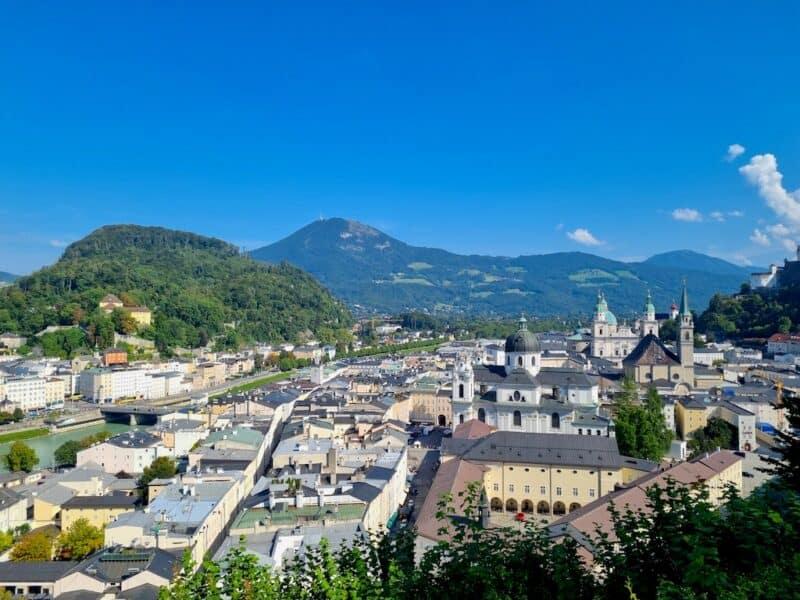 Ausblick von der Stadtalm über Salzburg bis zum Gaisberg (der mit dem Turm da drüben)