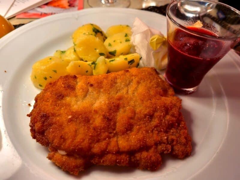 Cordon Bleu vom Schwein mit Kartoffeln im Peter in Salzburg