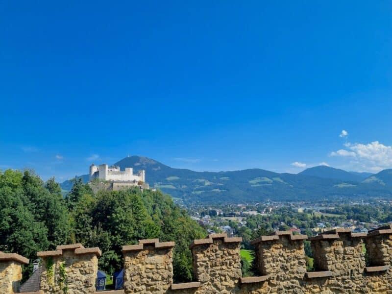 Der Blick vom Mönchsberg auf den Festungsberg mit der Festung Hohensalzburg