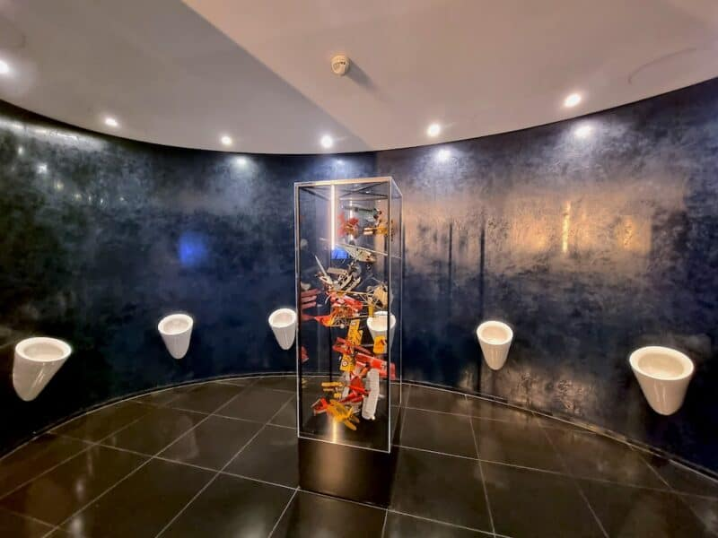 Ein Blick in die Herren Toilette im Hangar-7