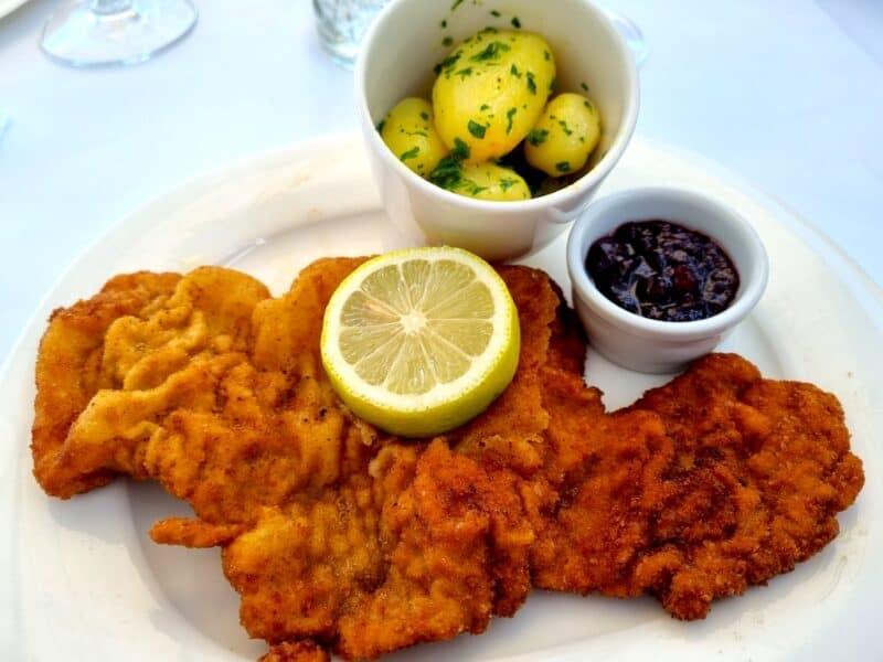 Wiener Schnitzel vom Kalb in Butterschmalz gebacken & Petersilerdäpfeln im M32 Salzburg