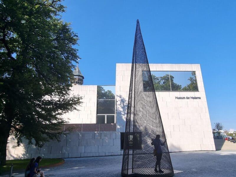 """Kunstwerk """"Schlafendes Haus"""" von Not Vital vor dem Museum der Moderne Salzburg"""