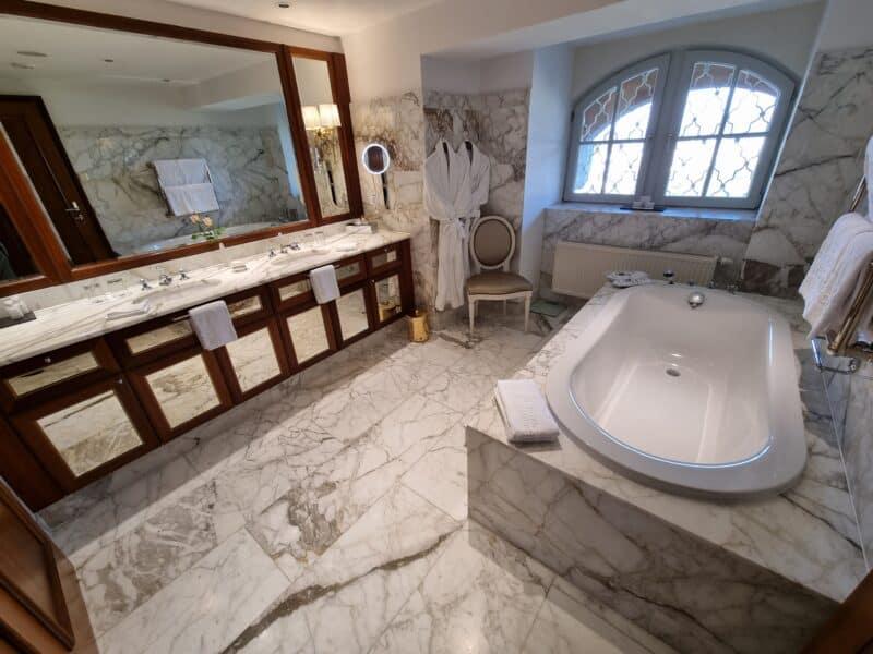 Bad in der Möchstein Suite im Schloss Hotel Mönchstein
