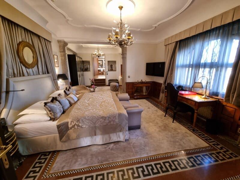 Schlafzimmer in der Möchstein Suite im Schloss Hotel Mönchstein