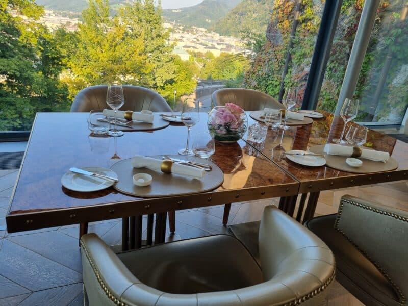 """Tisch mit Aussicht im """"The Glass Garden"""" im Schloss Hotel Mönchstein"""