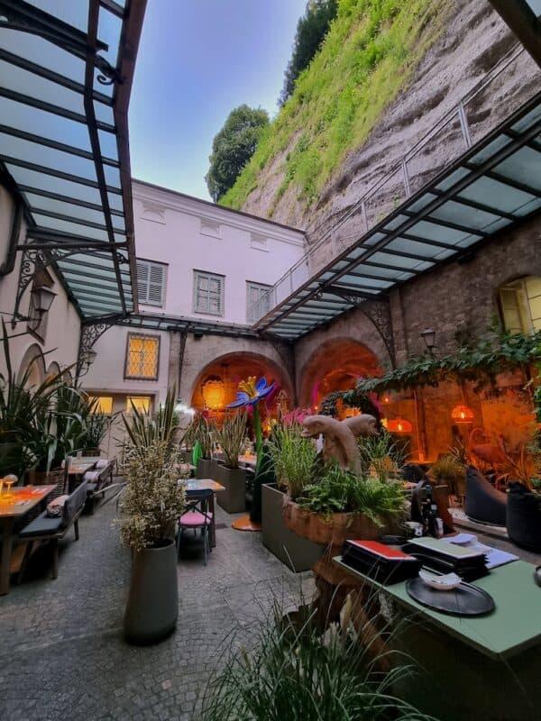 Der Innenhof im Peter, einem der beiden Restaurants im Stiftkulinarium Salzburg