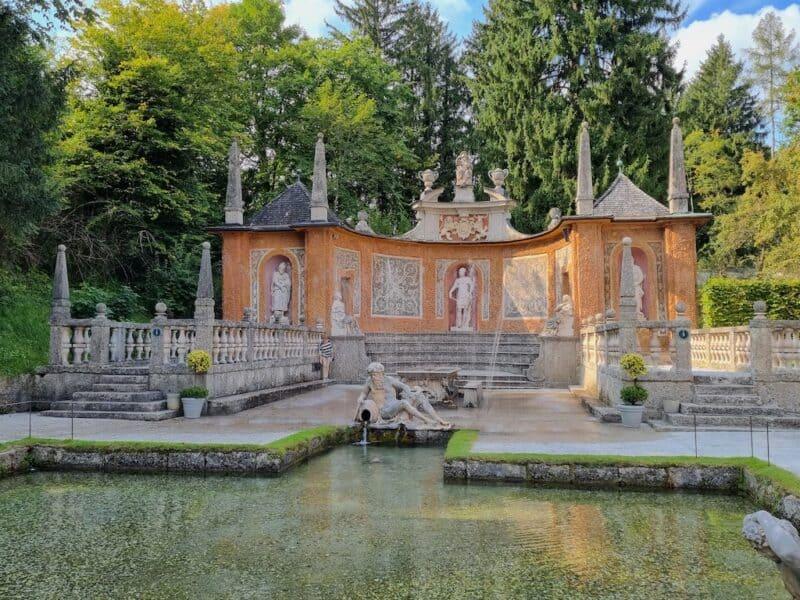 Da hinten ist der Fürstentisch bei den Wasserspielen im Schlossgarten des Lustschlosses Hellbrunn Salzburg